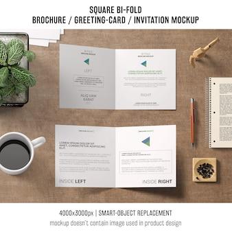 Quadrat zweifach gefaltete broschüre oder grußkartenmodell von zwei