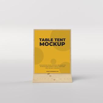 Quadratische ansicht des hölzernen tischzeltes für restaurant und werbung