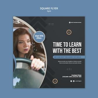 Quadratische flyer-vorlage für die fahrschule mit fahrerin im auto