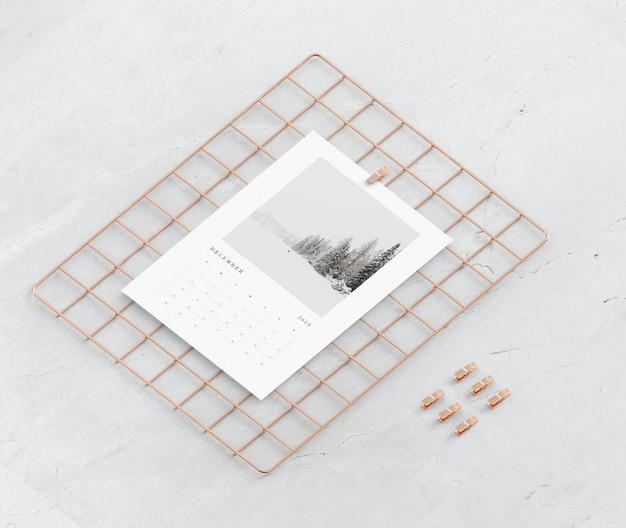 Quadratische metallstütze für das kalendermodell