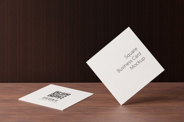 Quadratisches visitenkartenmodell aus papier auf holztisch