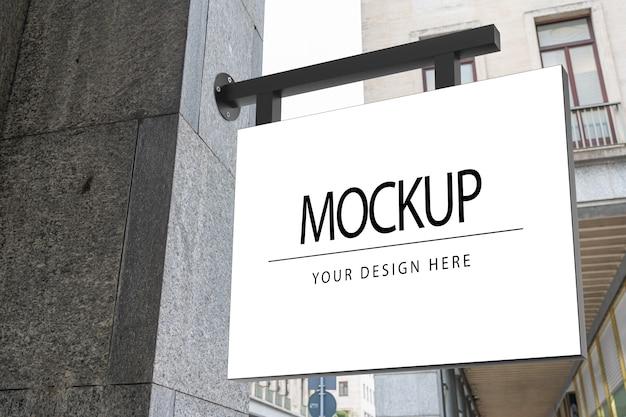Quadratisches weißes firmenlogo-zeichenmodell auf marmor eines shops