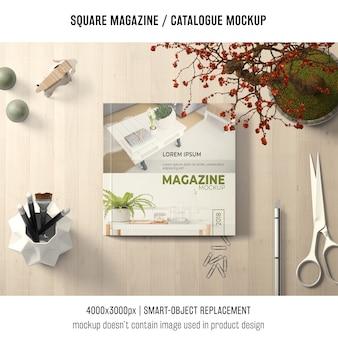 Quadratisches zeitschriften- oder katalogmodell mit kreativem stillleben