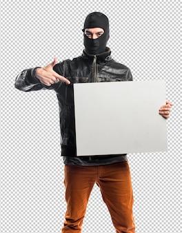 Räuber, der ein leeres plakat hält