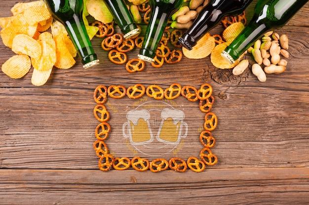 Rahmen aus bagels mit bierflaschen