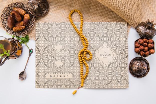 Ramadan-komposition mit flachem hintergrund und vorlage für offenes buch