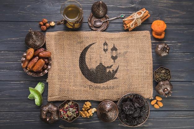 Ramadan-komposition mit flachen tischplatten und tischtuch