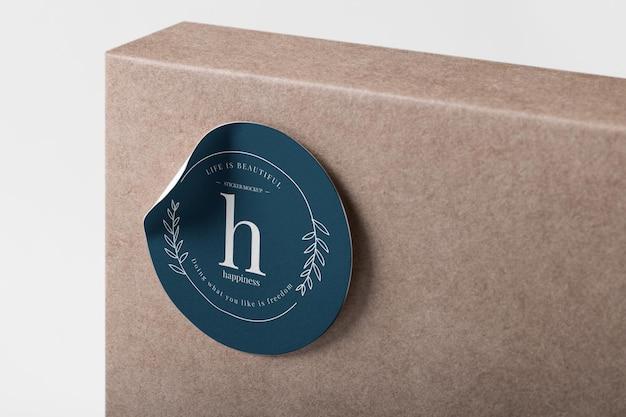 Realistische papieraufkleber-mockup-vorlage auf einer box