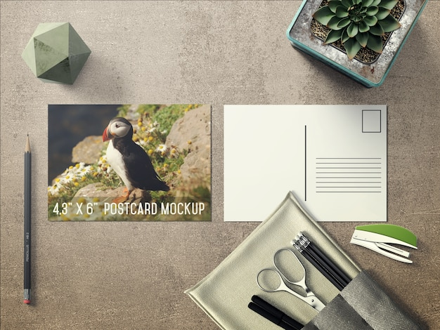 Realistische postkarte auf dem desktop mock up