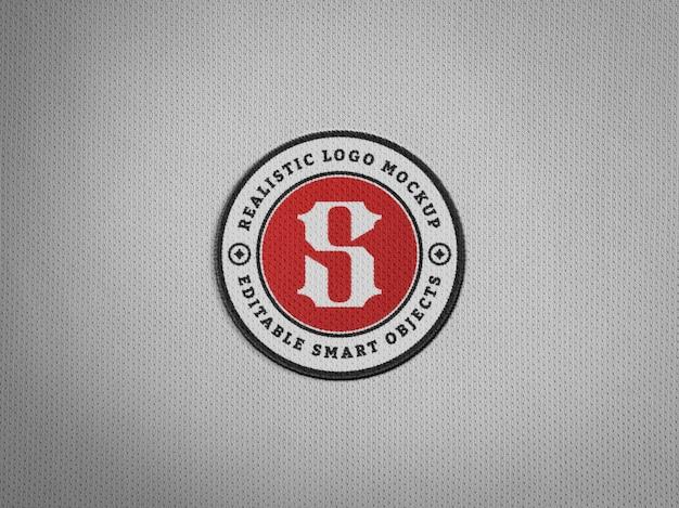 Realistischer stickerei-logo-aufnäher auf jersey-stoff