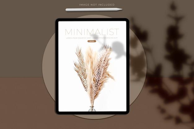 Realistischer tablet mockup scene creator mit schattenüberlagerung. vorlage für die gestaltung der globalen business-website-design-app für die markenidentität