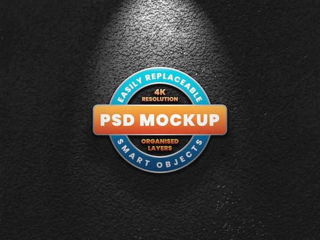 Realistisches 3d-logo-modell auf dunkler wand mit lichteffekt