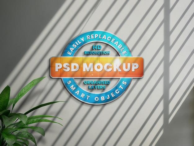 Realistisches 3d-logo-modell auf weißer wand mit schatten