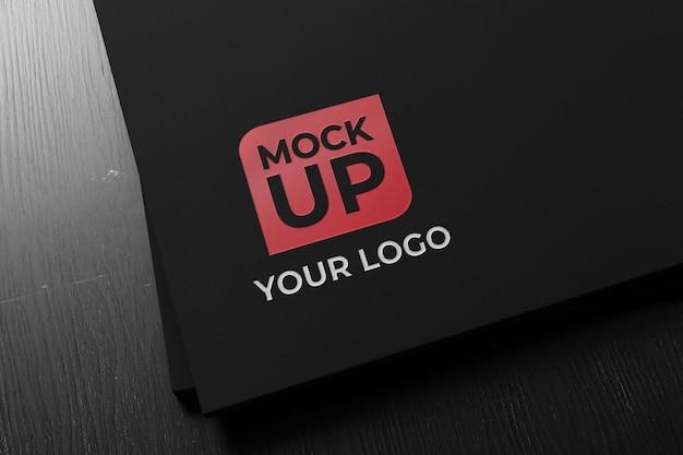 Realistisches letterpress logo close up mockup auf schwarzem papier
