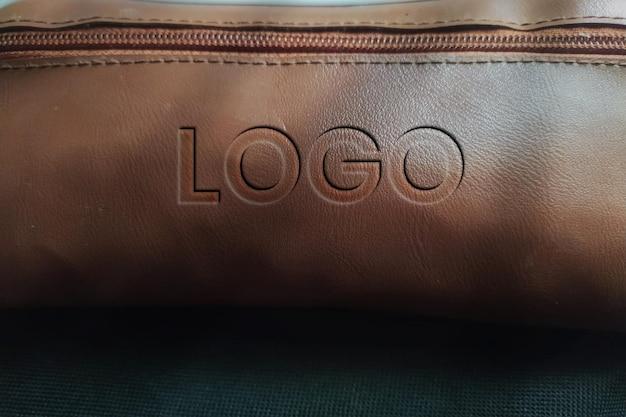 Realistisches logo-modell mit 3d-rendering-lederstruktur