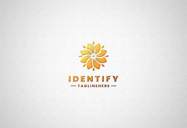 Realistisches luxus-gold-logo-modell auf weißem papier