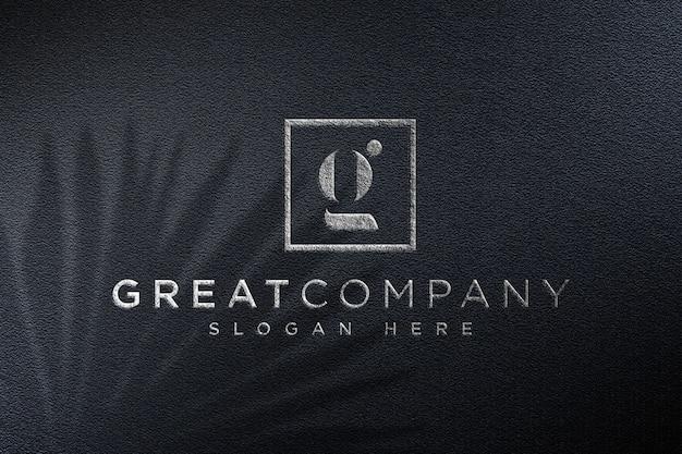 Realistisches modell des logos auf schwarzem stoff