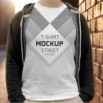 Realistisches modell des männlichen t-shirts auf straßenstadt im freien
