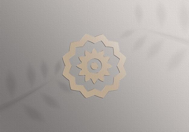 Realistisches modell goldenes logo auf papier