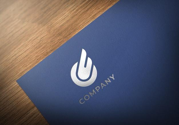 Realistisches silber-logo-modell auf blau strukturiertem papier