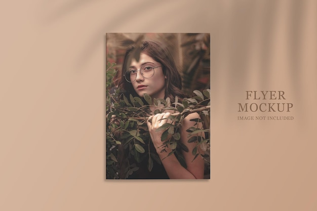 Realistisches und minimalistisches flyer-mockup