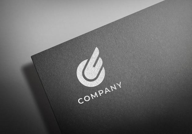 Realistisches weißes logo-modell auf schwarzem strukturiertem papier