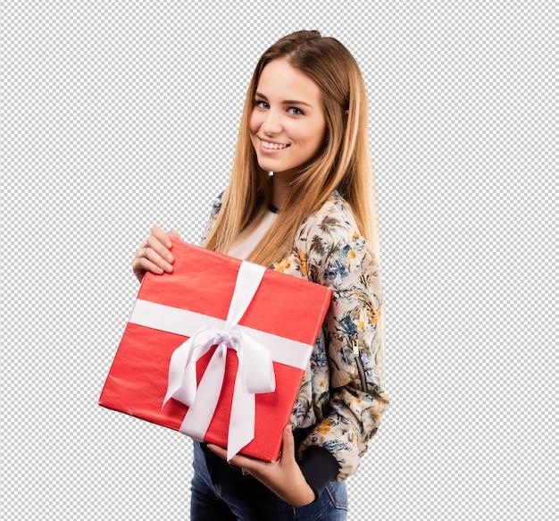 Recht junge frau, die ein geschenk anhält
