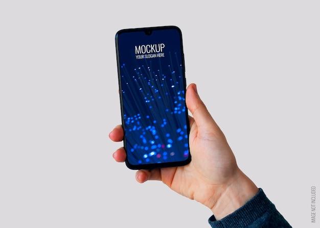 Rechte hand hält smartphone-modell