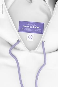 Rechteckiges eingenähtes etikett auf dem hoodie-modell