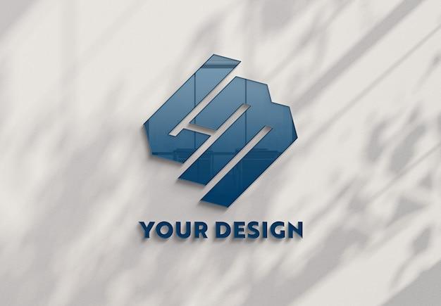 Reflektierendes logo an der bürowand