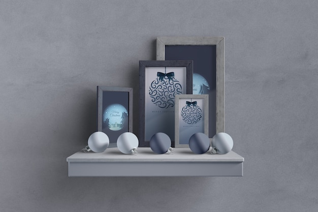 Regal mit rahmenkollektion und globen
