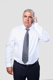 Reifer mann, der ein mobile hält