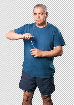 Reifer mann, der eine wasserflasche anhält