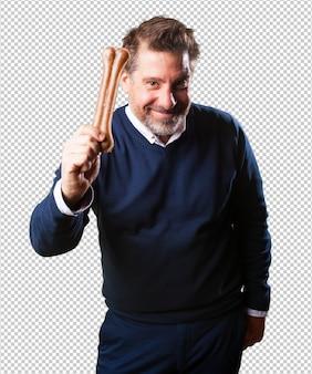 Reifer mann, der einen knochen zeigt
