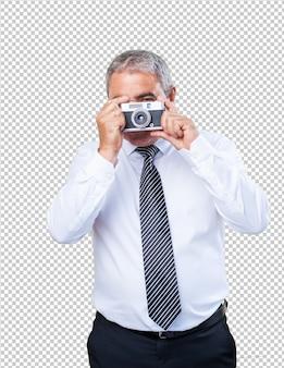 Reifer mann, der fotos macht
