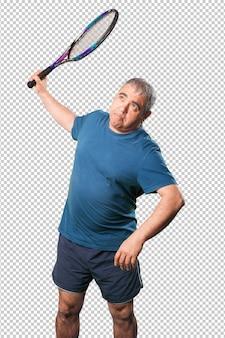 Reifer mann, der mit einem schläger spielt