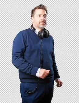 Reifer mann, der musik hört