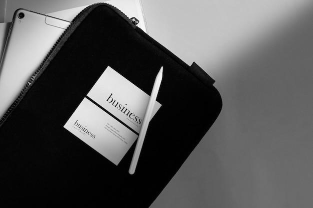 Reinigen sie das minimale visitenkartenmodell auf dem dokument mit dem tablet