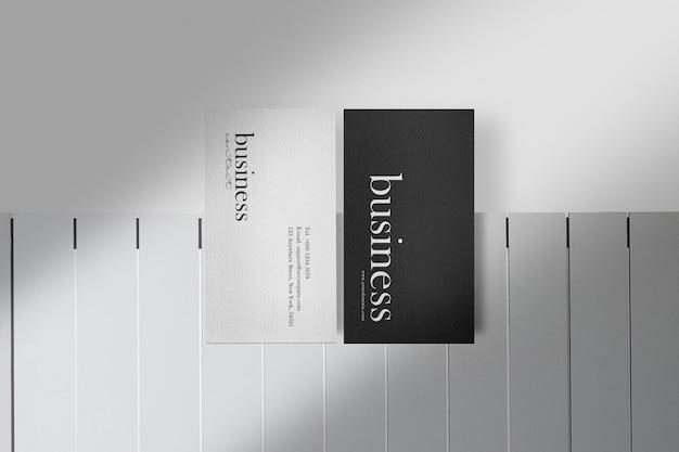 Reinigen sie minimales visitenkartenmodell auf weißem tisch