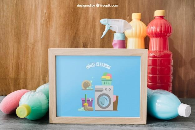 Reinigungsmodell mit dem rahmen, der an der plastikflasche sich lehnt