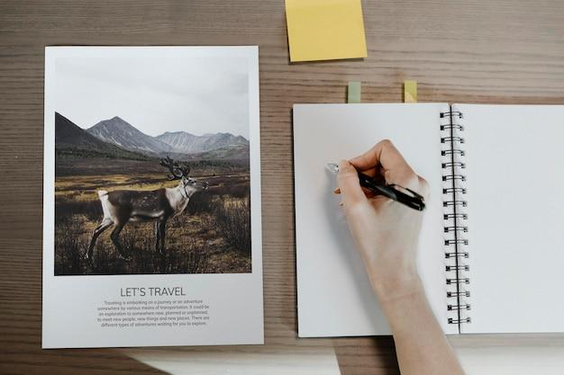 Reisetagebuch auf einem leeren notizbuch