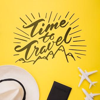 Reisezeit, beschriftung mit flugzeug, reisepass und hut