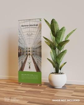 Rollen sie das banner-modell in der innenszene mit einer pflanze daneben auf