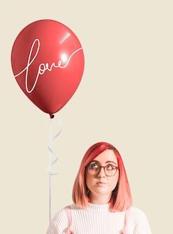 Rosa behaartes mädchen mit einem ballon