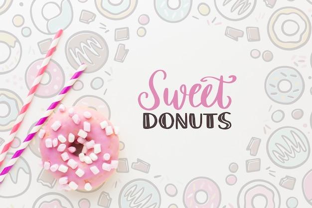 Rosa donut mit süßigkeiten und verspotten