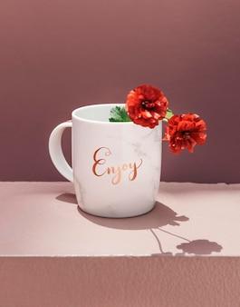 Rote pfingstrose in einem kaffeebechermodell