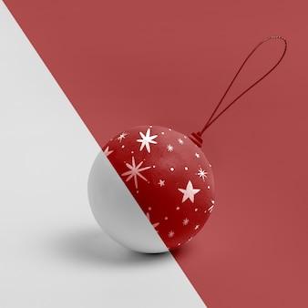 Rote weihnachtskugel mit sternzeichnung