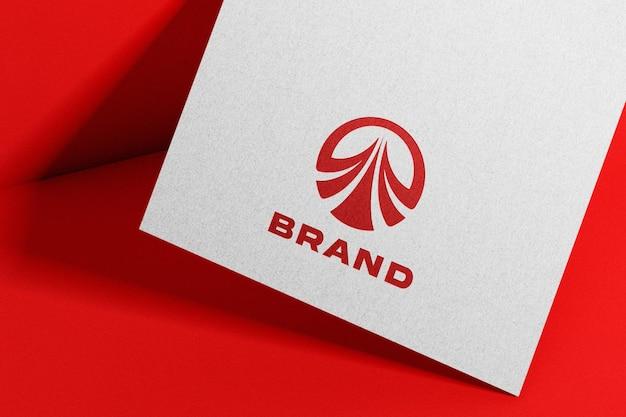 Rotes logo-mockup auf kraftpapier geprägt