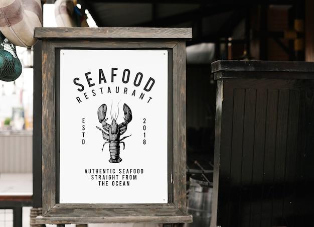 Rustikales artzeichenmodell an einem meeresfrüchterestaurant