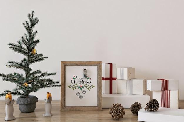 Rustikales rahmenplakatmodell im weihnachtskonzept mit weihnachtsbaum und dekoration